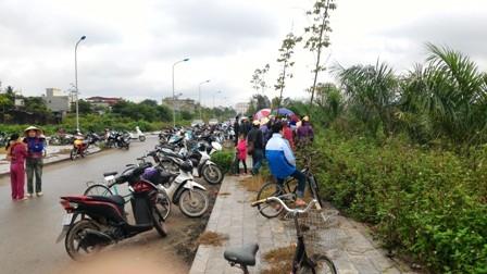 Rất đông người dân hiếu kỳ tụ tập quanh khu vực hiện trường