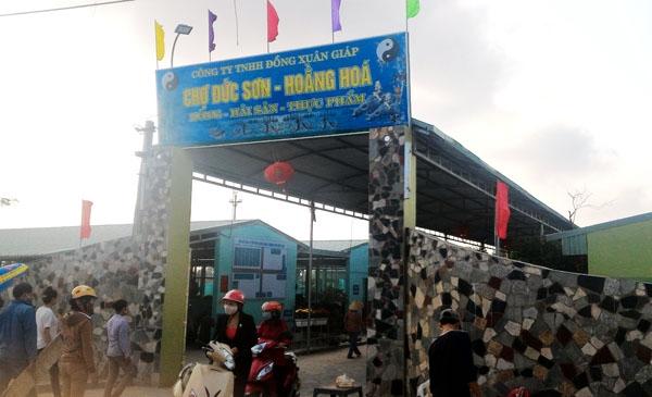 Chợ Đức Sơn xã Hoằng Đức (Hoằng Hoá) hoạt động trái phép nhiều tháng nay trong sự lúng túng của huyện Hoằng Hoá.