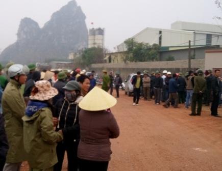 Rất đông người dân tụ tập phản đối. Lực lượng công an đã phải có mặt tại hiện trường. (Ảnh: Anh Thắng)