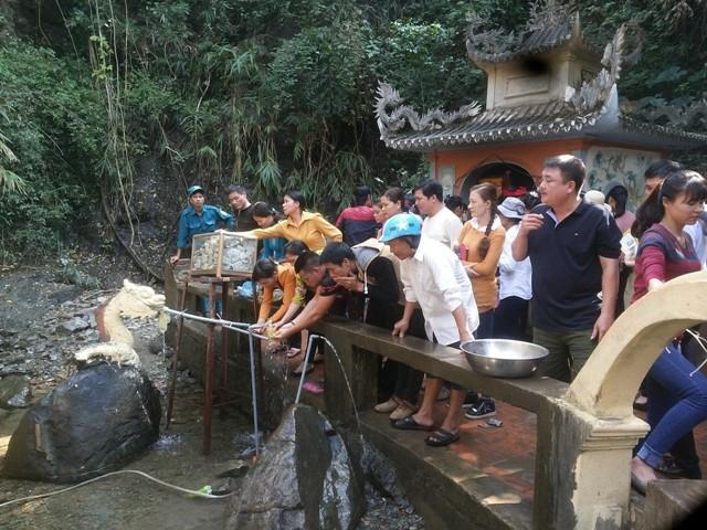 Bất chấp cái lạnh, nhiều du khách rửa mặt từ vòi nước dẫn từ chân thác