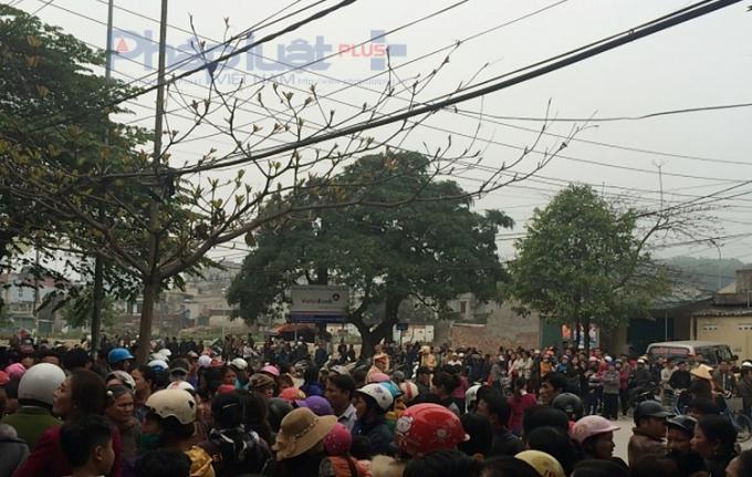 Hàng trăm người dân đã tụ tập trước trụ sở Công an phường Trường Sơn yêu cầu làm rõ vụ kẻ lạ mặt nổ súng hành hung gia đình bà Văn Thị Thắng. (Ảnh: Anh Thắng)