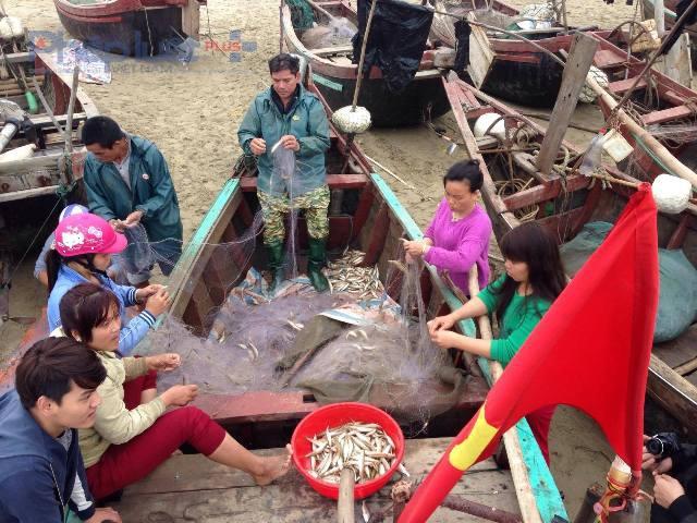 Việc đồng ý cho ngư dân tiếp tục bám biển tra khơi đã giải quyết xong việc người dân Sầm Sơn tạp trung đông người tại cổng UBND tỉnh để khiếu kiện, đòi biển. (Ảnh: Anh Thắng)
