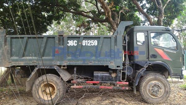 Xe tải bị bắt giữ khi đang vận chuyển 55 hộp gỗ xẻ nhóm 4 tại xã Bát Mọt. (Ảnh: Anh Thắng)
