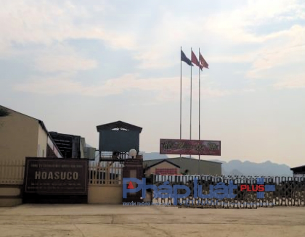 Nhà máy sản xuất mía đường thuộc Công ty cổ phần mía đường Hòa Bình (trụ sở tại xã Tân Mỹ, huyện Lạc Sơn, tỉnh Hòa Bình) đã thừa nhận xả thải gây ô nhiễm ra sông Bưởi. (Ảnh: A.Thắng)