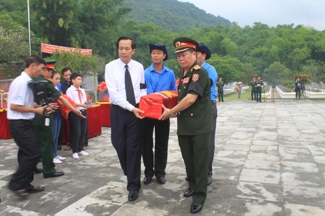 Lễ an táng 26 liệt sĩ Việt Nam và Lào tại nghĩa trang liệt sĩ huyện Bá Thước (Thanh Hóa)