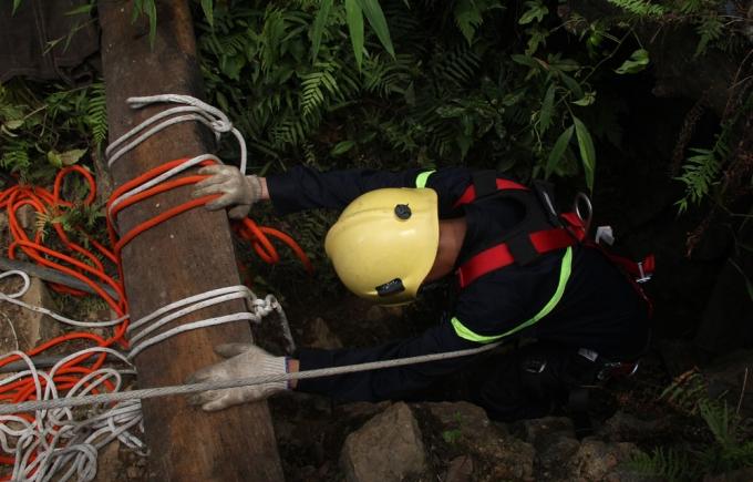 Vào 2h sáng nay (ngày 8/6), thi thể ông Bùi Văn Mẫn đã được lực lượng cứu hộ và người thân phát hiện và đưa lên khỏi hang đào vàng. (Ảnh: Nguyệt Sinh)