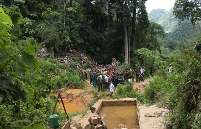 Hơn 100 người gồm lực lượng cứu hộ và người dân đã có mặt tại hiện trường suốt cả ngày 7/6 nhưng cuộc tìm kiếm giải cứu 3 phu vàng bất thành. (Ảnh: Nguyệt Sinh)