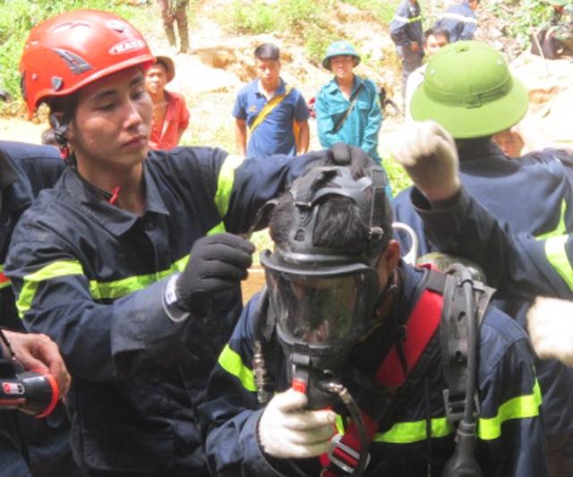 Phương án phá các tảng đá mở rộng cửa hang để lực lượng cứu hộ đeo mặt nạ phòng độc tiếp cận đáy hang đã mang lại hiệu quả khi đưa được nạn nhân cuối cùng ra khỏi hang vào 17h40 chiều nay.
