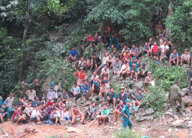 Hơn 100 người gồm lực lượng cứu hộ và người dân đội mưa, nắng suốt 3 ngày qua giữa núi rừng bản Kịt dõi theo từng phút giây cứu hộ đầy gian nan. (Ảnh: Nguyệt Sinh)