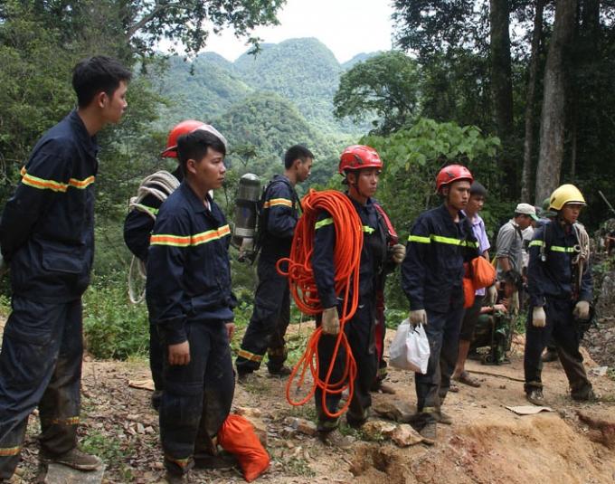Với tinh thần tìm kiếm cứu nạn, đưa các nạn nhân ra khỏi hang trong thời gian sớm nhất, lực lượng cứu hộ đã nỗ lực hết mình tìm mọi phương án tiếp cận đáy hang. (Ảnh: Nguyệt Sinh)