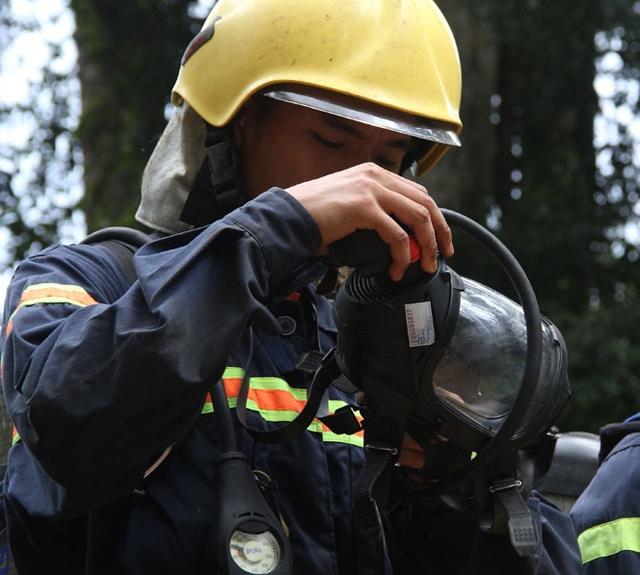 Thực tế, cửa hang Nước rất hẹp, nên lực lượng cứu hộ đeo bình dưỡng khí và mặt nạ phòng độc thì không thể chui lọt quá 10m.