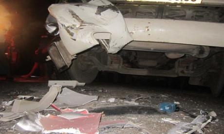 Vụ tai nạn liên hoàn khiến các xe đầu kéo bị hư hỏng nặng, nhưng rất may không thiệt hại về người. (Ảnh: Lam Sơn)