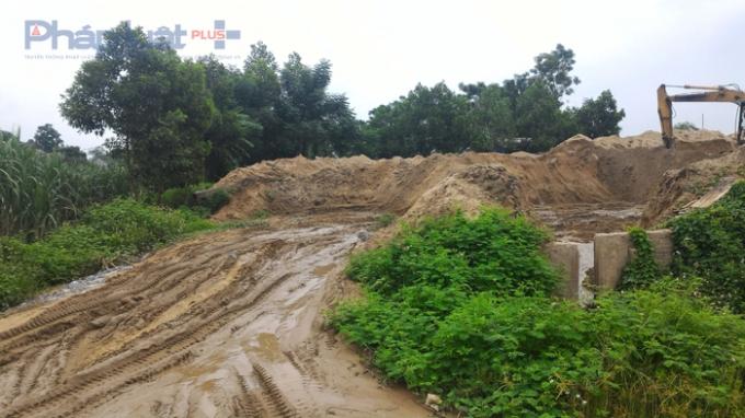 Bãi khai thác cát trái phép của Trưởng thôn dù bị cấm, có Quyết định thu hồi, nhưng vẫn ngang nhiên hoạt động. (Ảnh: A.Thắng)