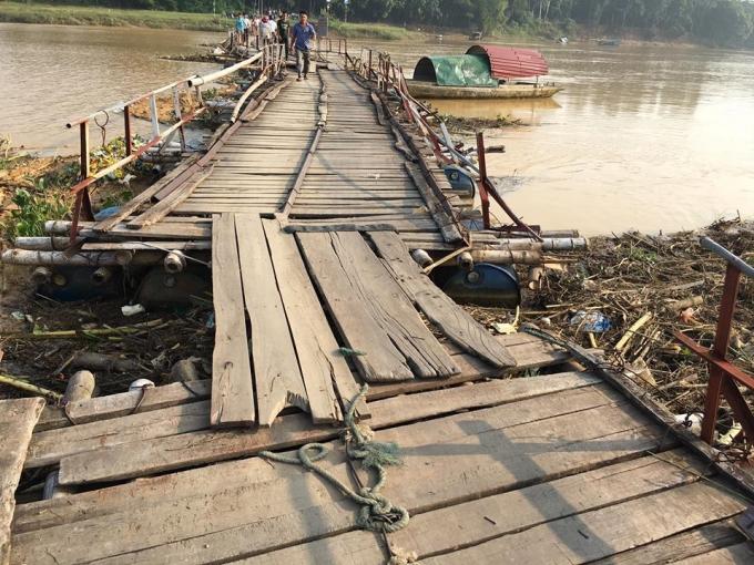 Cầu Vồm được làm từ luồng, ván gỗ sơ sài đã xuống cấp. Mỗi năm đều có vài trường hợp tử vong khi qua cầu. (Ảnh: Mai Nhung)