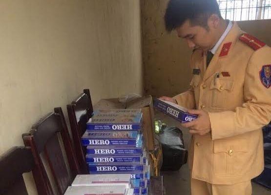 Gần 1.000 bao thuốc lá ngoại nhập lậu gồm nhãn hiệu Hero, Esse Light và Esse classic. (Ảnh: CSGT Thanh Hóa cung cấp)