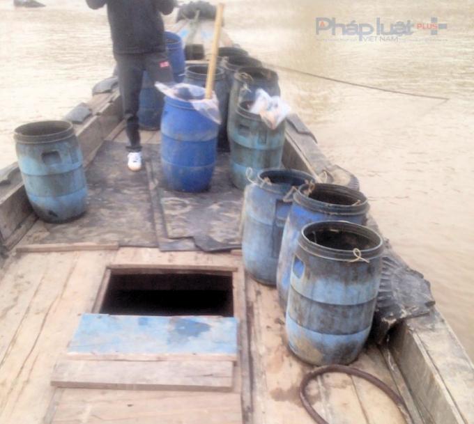 14 thùng chất thải độc hại bị bắt quả tang ngày 31/12/2016 đã kịp xả xuống biển 11 thùng. (Ảnh: Anh Thắng)