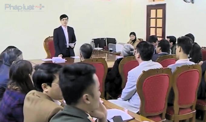 Chỉ tịch UBND tỉnh Thanh Hóa Nguyễn Đình Xứng tại buổi tiếp các hộ nuôi ngao xã Hải Lộc. (Ảnh: Anh Thắng)