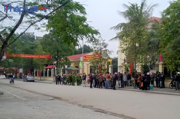 Do xót xa việc ngao chết hàng trăm tấn không rõ nguyên nhân, rất đông người dân Hải Lộc đã tập trung trước cổng Tỉnh ủy vào sáng ngày 20/1 đề xử lý nghiêm doanh nghiệp đổ chất thải ra biển. (Ảnh: Anh Thắng)
