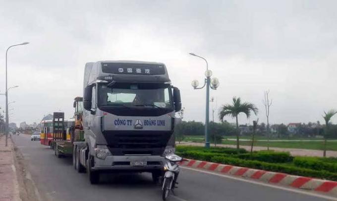 Sau khi dừng lại một lát, chiếc xe đầu kéo đã lạng lách chạy thoát. (Ảnh: CSGT cung cấp).