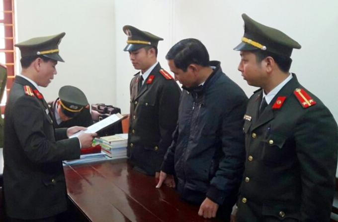 Đọc lệnh Lệnh bắt tạm giam 2 tháng đối với Bí thư xãQuảng Lĩnh Đinh Trọng Tấn. (Ảnh: Công an Thanh Hóa cung cấp).