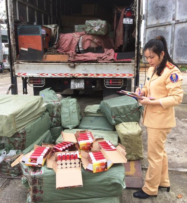 7200 quả pháo vận chuyển trái phép đã bị bắt giữ. (Ảnh: CSGT cung cấp)