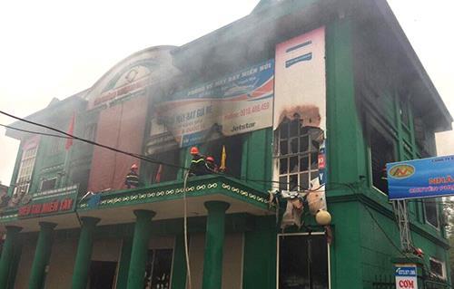 Cảnh sát PCCC đang khống chế ngọc lửa tại siêu thị Miền Tây (Ảnh: A.T)