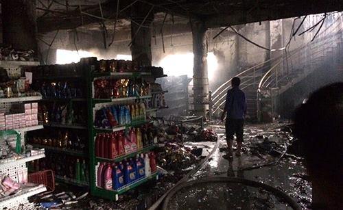 Nhiều hàng hóa và vật liệu bên trong siêu thị đã cháy rụi. (Ảnh: A.T)