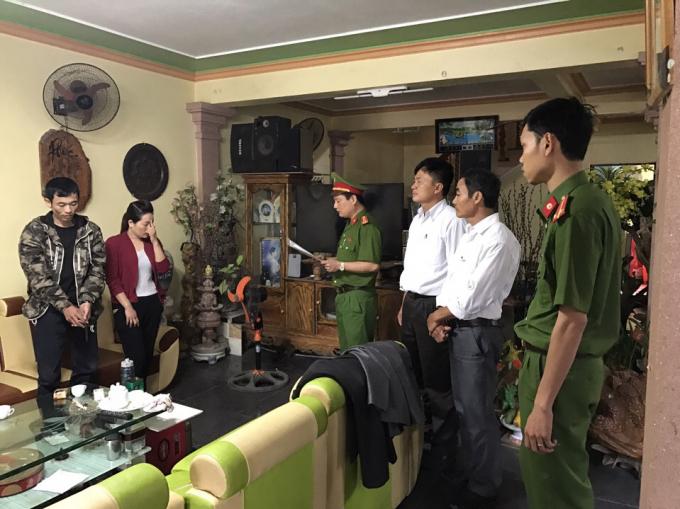 Thi hành lệnh khám xét nhà của đối tượng Lê Quang Tuấn. (Ảnh: Công an Thanh Hóa)