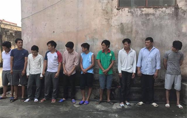 11 đối tượng bị bắt tại sới bạc bịp. (Ảnh: Công an Thanh Hóa cung cấp)