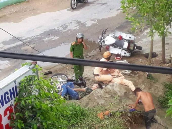 Hiện trường vụ tai nạn khiến 1 chiến sĩ CSGT và một thanh niên bị thương. (Ảnh: nguồn otofun)