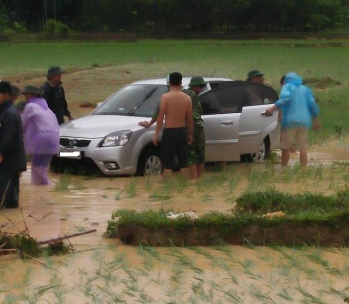 Chiếc ô tô lao xuống ruộng do ảnh hưởng bão tại địa phận xã Xuân Lộc, huyện Thường Xuân, Thanh Hóa. (Ảnh: CTV)