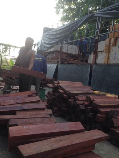 Tất cả số gỗ trên đã được xẻ thành tấm, thuộc nhóm gỗ quý hiếm (Ảnh: CSGT cung cấp)