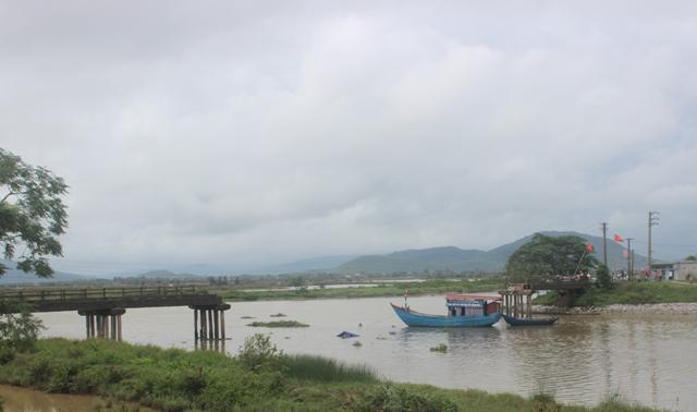 Hiện trường cầu Sông Hoàng bị tông sập. (Ảnh: A.T)