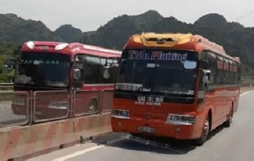 Xe khách 36B-011.48 chạy ngược chiều trên QL 1A đoạn qua thị xã Bỉm Sơn. (Ảnh cắt từ clip)