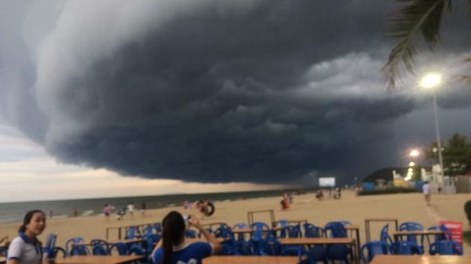 Đám mây giông mang hình cơn bão lốc khiến nhiều người lo sợ liên tưởng đến hiện tượng vòi rồng. (Ảnh: Đình Ban)