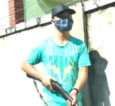 Nhóm tấn công bằng dao kiếm, súng đều bịt mặt. (Ảnh: facebook)