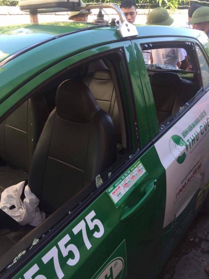Chiếc taxi bị ném vỡ kính hông (Ảnh: facebook)