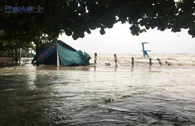 Nước biển dâng cao, sóng đánh sập bốt an ninh tại bãi D biển Sầm Sơn. (Ảnh: Băng Thanh)
