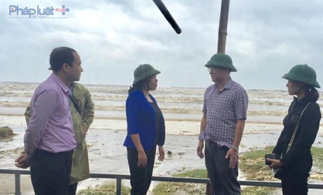 Phó Chủ tịch UBND tỉnh Thanh Hóa Lê Thị Thìn triển khai công tác chống bão tại TP Sầm Sơn sáng 15/9. (Ảnh: A.Thắng)