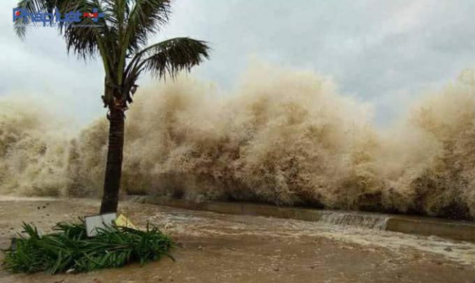 Tại biển Sầm Sơn, sóng cao gần 3m, uy hiếp bờ kè tuyến đường Hồ Xuân Hương. (Ảnh: A.Thắng)