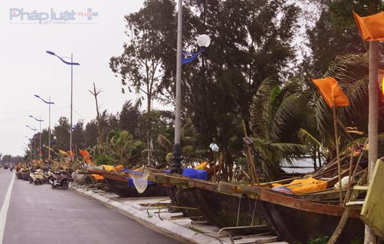Tại TP Sầm Sơn, tất cả những thuyền mảng đều được di chuyển lên tuyến đường Hồ Xuân Hương từ chiều ngày 14/9, hạn chế xảy ra thệt hại. (Ảnh: A.Thắng)