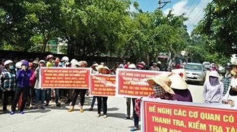 Phụ huynh xã Quảng Thái (Quảng Xương, Thanh Hóa) căng băng rôn phản đối nhiều ngày việc trường Mầm non trên địa bàn lạm thu.
