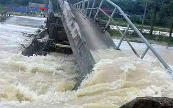 Một cây cầu dân sinh tại xã Xuân Cẩm, huyện Thường Xuân bị nước cuốn sập. (Ảnh: Anh Thắng)