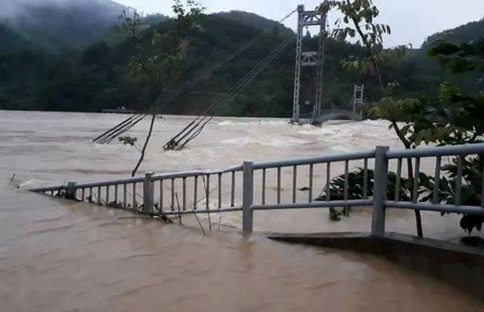 Cầu treo tại huyện Thường Xuân bị ngập lũ