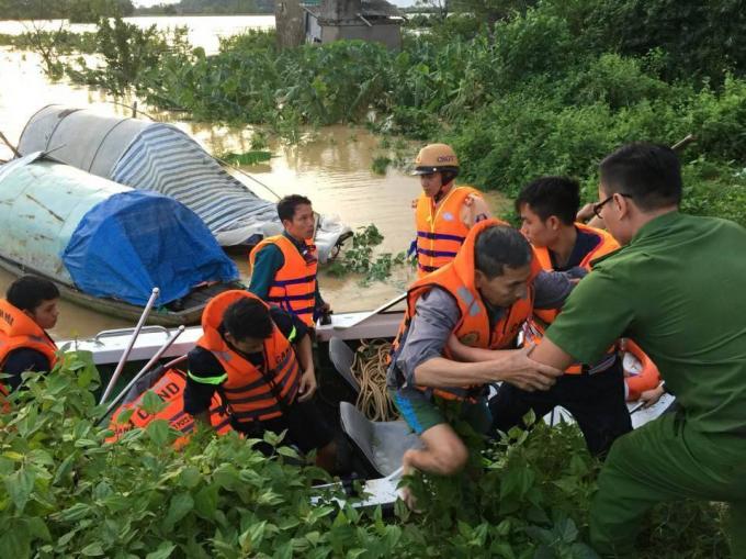 Lực lượng cảnh sát PCCC Thanh Hóa đã có mặt tại nhiều huyện xảy ra ngập lụt để giúp dân chống lũ.