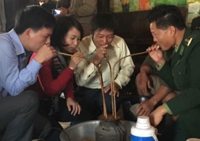 Thượng tá Cao Đăng Cường trong một lần giao lưu tại Cụm bản xã Phôn Xay, huyện Sầm Tớ, tỉnh Hủa Phăn (Lào) năm 2016. (Ảnh: Anh Thắng)