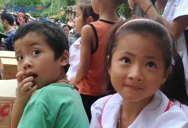 Những ánh mắt trẻ thơ ngây, hồn nhiên trước niềm vui hiếm hoi của bản làng sau những ngày bão lũ ảm đạm. (Ảnh: Anh Thắng)