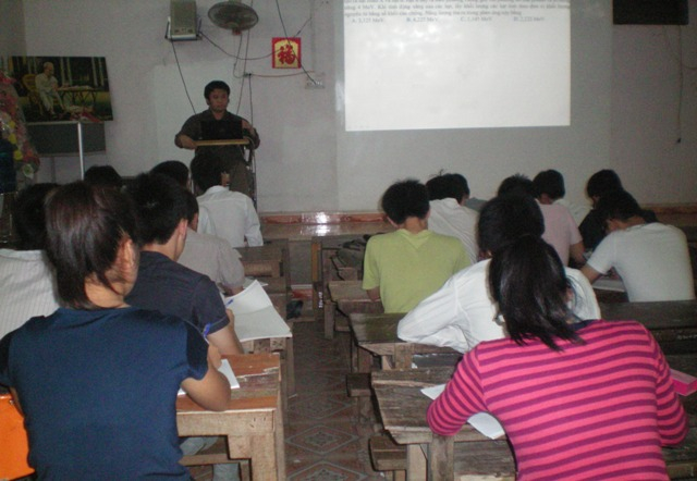 Lớp học của thầy giáo trên xe lăn Lê Hữu Tuấn được rất đông học sinh từ nhiều vùng miền về theo học.