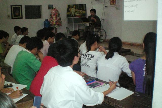 Với nghị lực hiếm có, thầy Tuấn vượt qua số phận, đào tạo hơn 700 học trò đậu các trường ĐH, CĐ trên cả nước
