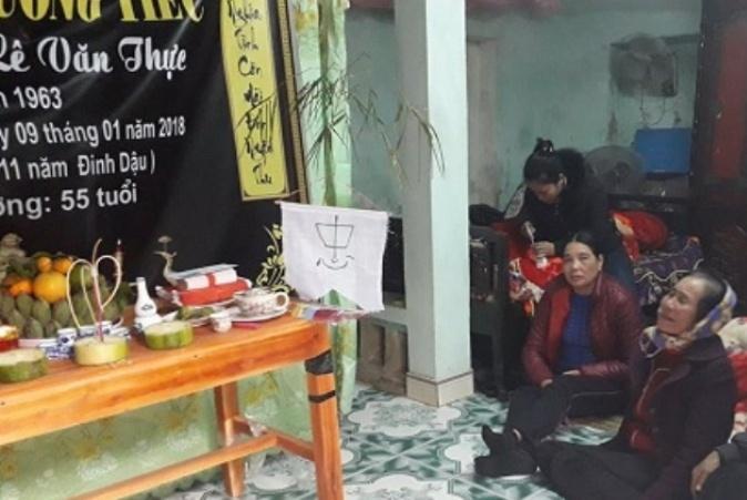 Nhiều gia đình tại xã Hải Thanh (Tĩnh Gia) xác định 8 ngư dân mất tích đã chết, nên làm ma chay từ ngày 9/1. (Ảnh: T.Tuyên)